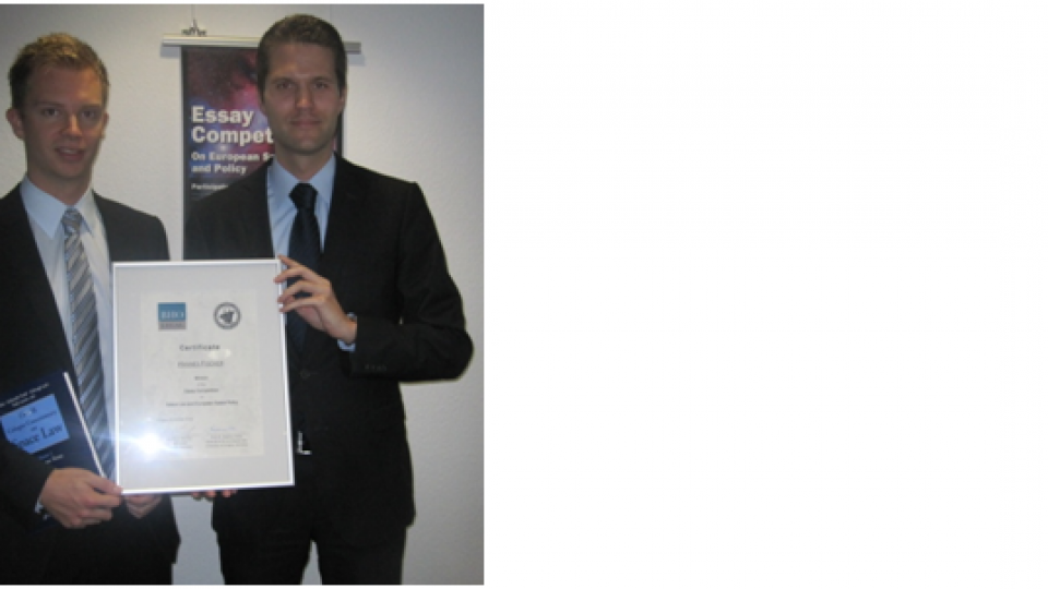 Hannes Fischer (left) receiving his certificate as winner of the competition from Dr. Oliver Heinrich.